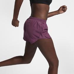 Женские беговые шорты с принтом Nike Modern Tempo 7,5 смЖенские беговые шорты с принтом Nike Modern Tempo 7,5 см обеспечивают легкость и охлаждение во время бега. В отличие от оригинальной модели Tempo они лучше прилегают и выгодноподчеркивают фигуру. Благодаря наличию подкладки можно не надевать дополнительный слой. Изящный рельефный принт создает уникальный образ.<br>