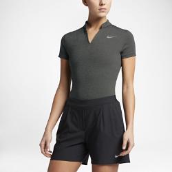 Женская рубашка-поло для гольфа Nike AeroReactЖенская рубашка-поло для гольфа Nike AeroReact реагирует на повышение и понижение температуры тела, обеспечивая оптимальный комфорт во время игры.  Адаптивный комфорт  Волокна ткани Nike AeroReact раскрываются при повышении температуры для вентиляции и закрываются при ее понижении, удерживая тепло и обеспечивая адаптивный комфорт на весь день.  Продуманный крой  Продуманный крой обеспечивает современный уровень комфорта, не ограничивая свободу движений.  Обтекаемый дизайн  V-образный вырез и усовершенствованный воротник создают стильный и элегантный вид.<br>