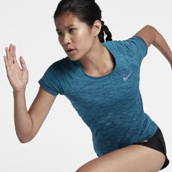 Женская беговая футболка с коротким рукавом Nike Dri-FIT KnitВЕНТИЛЯЦИЯ И КОМФОРТ.  Женская беговая футболка с коротким рукавом Nike Dri-FIT Knit обеспечивает невероятный комфорт благодаря практически бесшовной конструкции. Более открытое плетение в ключевых зонах усиливает вентиляцию, обеспечивая комфорт и помогая полностью сосредоточиться на беге.  Охлаждение  На груди и в верхней части спины используется более открытое плетение, напоминающее по структуре сетку, для усиленной вентиляции и оптимальной терморегуляции во время разминки и пробежки.  Комфорт  Швы есть только на стыке рукавов с основой. Полное отсутствие швов по бокам обеспечивает невероятную гладкость и мягкость. Эта первоклассная конструкция обеспечивает непревзойденный комфорт на всей дистанции.  Отведение влаги  Технология Dri-FIT обеспечивает прохладу и комфорт, выводя влагу на поверхность ткани, где она быстро испаряется.  Подробнее  Светоотражающие детали делают тебя заметнее Рукава покроя реглан для естественной свободы движений Состав: изделия из ткани одинарного и двойного окрашивания: 61% полиэстер/39% нейлон. Изделия, окрашенные в массе: 50% полиэстер/50% нейлон. Изделия секционного крашения:59% полиэстер/41% нейлон. Машинная стирка Импорт Зональная воздухопроницаемость  Мягкая ткань с сетчатой конструкцией на груди и спине усиливает вентиляцию именно там, где это необходимо.  Длительный комфорт  Бесшовная конструкция усиливает ощущение комфорта и не натирает кожу во время движения.<br>