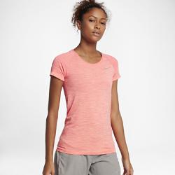 Женская беговая футболка с коротким рукавом Nike Dry KnitЖенская беговая футболка с коротким рукавом Nike Dry Knit из гладкой ткани с бесшовной конструкцией обеспечивает превосходную воздухопроницаемость и комфорт.<br>
