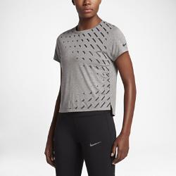 Женская беговая футболка с коротким рукавом Nike Breathe (City)Женская беговая футболка с коротким рукавом Nike Breathe (City) из дышащей влагоотводящей ткани обеспечивает комфорт на протяжении всей пробежки.  Воздухопроницаемость и комфорт  Ткань Nike Breathe усиливает циркуляцию воздуха и обеспечивает ощущение прохлады на пробежке.  Свобода движений  Рукава покроя реглан не сковывают движений.<br>