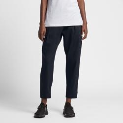 Женские брюки Nike InternationalЖенские брюки Nike International с возможностью регулировки длины с плиссировкой спереди, сильно зауженным кроем и кантом на отворотах позволяют всегда быть на шаг впереди.<br>