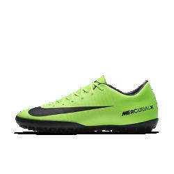 Футбольные бутсы для игры на газоне Nike Mercurial Victory VIФутбольные бутсы для игры на газоне Nike Mercurial Victory VI с минималистичным текстурированным верхом и не оставляющей следов резиновой подметкой обеспечивают оптимальноекасание мяча и отличное сцепление на синтетических покрытиях.<br>