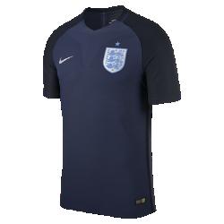 Мужское футбольное джерси 2017 England Vapor Match AwayМужское футбольное джерси 2017 England Vapor Match Away — реплика модели, в которой выступают профессиональные игроки, с технологией Nike AeroSwift для невероятной воздухопроницаемости, легкости и свободы движений.<br>