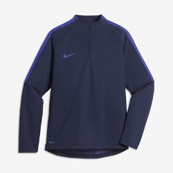 Игровая футболка для школьников Nike Shield Strike DrillИгровая футболка для школьников Nike Shield Strike Drill из эластичной ткани обеспечивает комфорт и свободу движений при любой погоде.  Защита от непогоды  Технология Nike HyperShield в верхней части и технология Nike Shield внизу модели защищают от дождя и ветра для отличных результатов в любую погоду.  Вентиляция  Боковой кант из сетки в области подмышек отводит излишки тепла. При растяжении ткани становится виден яркий цветовой акцент. Текстурированная подкладка предотвращает прилипание ткани к коже и улучшает воздухообмен.<br>