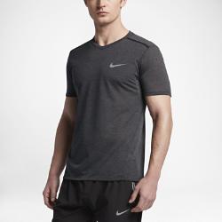 Мужская беговая футболка с коротким рукавом Nike TailwindМужская беговая футболка с коротким рукавом Nike Tailwind из невероятно мягкой ткани обеспечивает потрясающую функциональность. Дышащая ткань обеспечивает прохладу и комфорт на любой дистанции.  Непревзойденная вентиляция  Влагоотводящая ткань Nike Breathe сочетается с сеткой в области спины и на полосах спереди для непревзойденной вентиляции. Поэтому ты ощущаешь прохладу и комфорт.  Комфорт  Плечевые швы проклеены, а не прошиты, чтобы не натирать кожу. Неглубокая горловина с V-образным вырезом для дополнительного комфорта.  Выгляди стильно  Боковые швы скошены вперед и создают стильный силуэт, так что ты отлично выглядишь на беговой дорожке, а после пробежки можешь отправиться по делам или на встречу сдрузьями.<br>