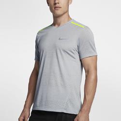 Мужская беговая футболка с коротким рукавом Nike TailwindМужская беговая футболка с коротким рукавом Nike Tailwind из легкой дышащей ткани обеспечивает прохладу и комфорт.  Охлаждение  Ткань Nike Breathe обеспечивает прохладу и комфорт, а сетчатые вставки на спине и плечах создают защиту и вентиляцию в зонах повышенного нагрева.  Мягкость и комфорт  Укрепленные плечевые швы не натирают кожу, обеспечивая длительный комфорт.<br>