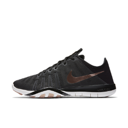 Женские кроссовки для тренинга Nike Free TR 6Женские кроссовки для тренинга Nike Free TR 6 обеспечивают гибкость и стабилизацию во время тренировок благодаря инновационному рисунку подметки, которая расширяется,сгибается и сжимается вместе со стопой при каждом приседе и рывке.  Гибкое и надежное основание  Подметка с рисунком tri-star расширяется и сжимается во всех направлениях при каждом шаге, равномерно распределяя давление для дополнительной гибкости и стабилизации. Резиновые накладки на боковой части кроссовок усиливают стабилизацию и сцепление.  Динамическая фиксация  Невероятно прочные и сверхлегкие нити Flywire обеспечивают динамическую поддержку и надежную фиксацию, не сковывая движений.  Зональная вентиляция  Сетка Engineered mesh имеет зоны менее плотного плетения для вентиляции и более плотного для поддержки во время тренировок.<br>