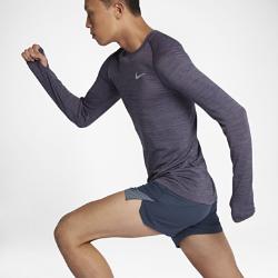 Мужская беговая футболка с длинным рукавом Nike Dri-FIT KnitМужская беговая футболка с длинным рукавом Nike Dri-FIT Knit обеспечивает непревзойденный комфорт благодаря практически бесшовной конструкции. Более открытое плетение включевых зонах усиливает циркуляцию воздуха. Слегка завышенная линия горловины дает дополнительную защиту в прохладную погоду.  Специальные зоны вентиляции  На груди и спине ткань имеет более открытое плетение, напоминающее сетку. Это обеспечивает прохладу там, где это необходимо. Зоны интегрированной сетки вместо вшитых сетчатых вставок создают практически бесшовную гладкую конструкцию.  Длительный комфорт  Швы есть только на рукавах. Полное отсутствие швов по бокам обеспечивает невероятную гладкость и мягкость. Эта первоклассная конструкция обеспечивает непревзойденный комфорт на всей дистанции.  Отведение влаги  Технология Dri-FIT обеспечивает прохладу и комфорт, выводя влагу на поверхность ткани, где она быстро испаряется.<br>