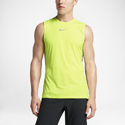Мужская беговая майка Nike TrailМужская беговая майка Nike Trail из легкой влагоотводящей ткани со стильными элементами идеально подходит для бега по пересеченной местности. Майку можно носить с гидратором: слегка удлиненный силуэт не позволяет майке задираться, а износостойкий принт в области плеч препятствует смещению рюкзака.<br>