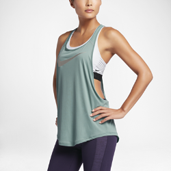 Женская майка для тренинга NikeЖенская майка для тренинга Nike со свободным кроем, глубокими проймами и сетчатой вставкой на спине обеспечивает абсолютный комфорт во время тренировок.<br>