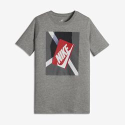 Футболка для мальчиков школьного возраста Nike ShoeboxФутболка для мальчиков школьного возраста Nike Shoebox из мягкого и прочного хлопка обеспечивает комфорт на каждый день.<br>