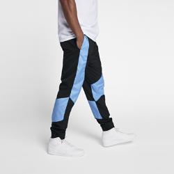 Мужские брюки Air Jordan Wings WovenМужские брюки Air Jordan Wings Woven из легкой ткани с боковыми вставками из сетки обеспечивают воздухопроницаемость и комфорт.<br>