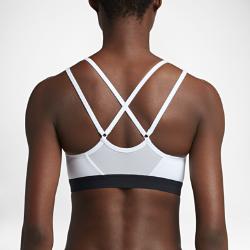 Спортивное бра с легкой поддержкой Nike IndyСпортивное бра с легкой поддержкой Nike Indy обеспечивает адаптивную посадку благодаря тонким регулируемым бретелям. Влагоотводящая ткань и воздухопроницаемая вставка из сетки на спине создают ощущение комфорта.<br>