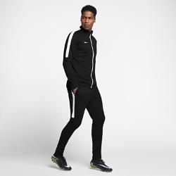 Мужской футбольный костюм Nike DryМужской футбольный костюм Nike Dry включает куртку и брюки из влагоотводящей ткани для комфорта и защиты во время разминки и ожидания выхода на поле.<br>