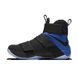Мужские баскетбольные кроссовки Nike Zoom LeBron Soldier 10 SFGНовое исполнение мужских баскетбольных кроссовок Nike Zoom LeBron Soldier 10 SFG, впервые представленных во время исторической серии Game 7 в родном городе Леброна, создано в честь десятилетия легендарной модели. Эта модель обеспечивает невесомую фиксацию и амортизацию для взрывной игры благодаря вставке Air Zoom.  МАКСИМАЛЬНАЯ КОНЦЕНТРАЦИЯ  Конструкция без шнурков с ремешками обеспечивает полную фиксацию стопы и голеностопа, позволяя полностью сконцентрироваться на игре.  СТРЕМИТЕЛЬНЫЙ ПЕРЕХОД  Динамическая подметка с разнонаправленным рисунком обеспечивает высокую скорость и максимальную функциональность на площадке.  МОМЕНТАЛЬНАЯ ОТДАЧА  Вставки Zoom в области пятки и в передней части стопы смягчают жесткие приземления и обеспечивают мгновенную амортизацию.<br>