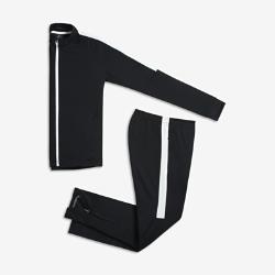 Футбольный костюм для школьников Nike Dri-FIT AcademyФутбольный костюм для школьников Nike Dri-FIT Academy состоит из куртки и облегающих брюк из комфортной влагоотводящей ткани.<br>