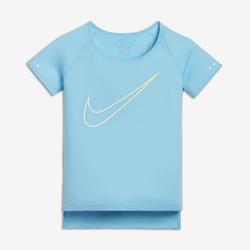 Беговая футболка с коротким рукавом для девочек школьного возраста Nike BreatheБеговая футболка для девочек школьного возраста Nike Breathe City обеспечивает охлаждение, комфорт и свободу движений.  Воздухопроницаемость  Ткань Nike Breathe отводит влагу, обеспечивая охлаждение и комфорт во время бега благодаря непревзойденной воздухопроницаемости и влагоотводящей технологии Dri-FIT.  Свобода движения  Рукава покроя реглан и кромка с разрезами обеспечивают свободу движений от старта до финишной черты.  Защита  Удлиненная сзади нижняя кромка защищает поясницу во время растяжки перед пробежкой и после нее.<br>
