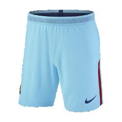 Мужские футбольные шорты 2017/18 FC Barcelona Vapor MatchМужские футбольные шорты 2017/18 FC Barcelona Vapor Match из легкой ткани с зональной вентиляцией и символикой клуба создают ощущение прохлады и комфорта.<br>