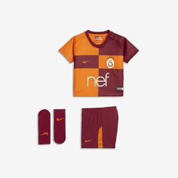 Футбольный комплект для малышей 2017/18 Galatasaray S.K. Stadium HomeФутбольный комплект для малышей 2017/18 Galatasaray S.K. Stadium Home включает джерси, шорты и носки из дышащей ткани для максимального комфорта.<br>