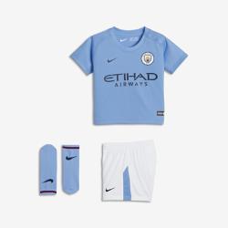 Футбольный комплект для малышей 2017/18 Manchester City FC Stadium HomeФутбольный комплект для малышей 2017/18 Manchester City FC Stadium Home включает джерси, шорты и носки из дышащей ткани для максимального комфорта.<br>