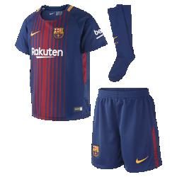 Футбольный комплект для дошкольников 2017/18 FC Barcelona Stadium HomeФутбольный комплект для дошкольников 2017/18 FC Barcelona Stadium Home включает джерси с коротким рукавом, шорты и носки из дышащей ткани с символикой клуба.<br>