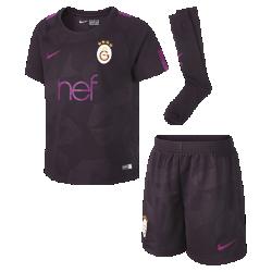 Футбольный комплект для дошкольников 2017/18 Galatasaray S.K. Stadium ThirdФутбольный комплект для дошкольников 2017/18 Galatasaray S.K. Stadium Third включает джерси с коротким рукавом, шорты и носки из дышащей ткани с символикой команды.<br>