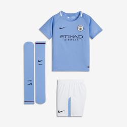 Футбольный комплект для дошкольников 2017/18 Manchester City FC Stadium HomeФутбольный комплект для дошкольников 2017/18 Manchester City FC Stadium Home включает джерси с коротким рукавом, шорты и носки из дышащей ткани с символикой команды.<br>