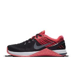 Женские кроссовки для тренинга Nike Metcon DSX FlyknitБолее легкие по сравнению с Nike Metcon 3 женские кроссовки для тренинга Nike Metcon DSX Flyknit созданы для самых интенсивных тренировок — от упражнений с канатом и у стены до бега на короткие дистанции и поднятия веса. Безупречная посадка  Верх из дышащего эластичного материала Flyknit обеспечивает поддержку и плотную удобную посадку. Сверхпрочные нити Flywire интегрированы со шнуровкой для надежной фиксации стопы. Амортизация для тренировок  Скрытая подошва более твердая в области пятки и более мягкая и гибкая в передней части. Это обеспечивает стабилизацию для тренинга и амортизацию для коротких пробежек. Стабилизация для тяжелой атлетики  Плоская платформа и пятка из жесткой резины обеспечивают надежную стабилизацию при поднятии веса. Поддержка по всей стопе позволяет тренироваться уверенно. Легкость и прочность Легкий вышитый материал в зонах максимального износа для дополнительной прочности. Подробнее  Фиксатор пятки для защиты от проскальзывания во время упражнений у стены Подошва из липкой резины в передней части стопы обеспечивает превосходное сцепление Рельефные резиновые накладки в средней части стопы обеспечивают прочность во время упражнений с канатом  Истоки Flyknit  При создании технологии Nike Flyknit специалисты опирались на просьбы атлетов создать обувь, которая бы практически не ощущалась на ноге и сидела словно вторая кожа. Команда программистов, инженеров и дизайнеров Nike в течение 4 лет разрабатывала технологию, которая позволит повысить износостойкость ткани для верха кроссовок и поможет ей дольше сохранять форму. Им удалось довести разработку до совершенства с учетом всех требований к поддержке, эластичности и воздухопроницаемости. Результатом работы стала суперлегкая и практически бесшовная ткань верха, обеспечивающая оптимальное прилегание. Кроме того, невероятно точная технология производства повышает функциональность и сокращает количество отходов в среднем на 60% по сравнению с клас
