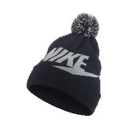 Трикотажная шапка для школьников Nike Sportswear Pom BeanieТрикотажная шапка для школьников Nike Sportswear Pom Beanie с помпоном и отворотом обеспечивает комфорт и защищает от холода.<br>