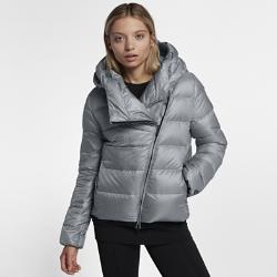 Женская куртка Nike SportswearЖенская куртка Nike Sportswear обеспечивает тепло и комфорт в холодную погоду. Большой капюшон и пуховый наполнитель создают оптимальную защиту.<br>