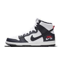 Мужская обувь для скейтбординга Nike SB Dunk Pro HighМужская обувь для скейтбординга Nike SB Dunk Pro High создана в честь баскетбольной команды 90-х, которая зажгла главную арену в Барселоне. Верх из блестящей лаковой кожи в красно-бело-синей расцветке привлекает внимание, а невероятная амортизация Nike Zoom Air помогает достигать максимальных результатов. НАДЕЖНАЯ ПОСАДКА  Мягкая вставка на язычке и бортике обеспечивает защиту и комфорт. Высокий профиль поддерживает голеностоп.  ПРЕВОСХОДНОЕ СЦЕПЛЕНИЕ  Гибкая резиновая подошва обеспечивает уверенное сцепление с доской. Передняя часть с осевой точкой Pivot как на баскетбольной обуви помогает быстро менять направление движения.  ПРЕВОСХОДНАЯ АМОРТИЗАЦИЯ  Съемная стелька со вставкой Zoom Air в области пятки смягчает жесткие приземления. Ее конструкция обеспечивает мгновенную амортизацию.<br>