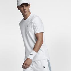 Мужская теннисная футболка с коротким рукавом NikeCourtМужская теннисная футболка с коротким рукавом NikeCourt из влагоотводящей ткани обеспечивает комфорт на корте и за его пределами.<br>