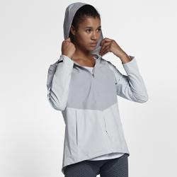 Женская беговая куртка Nike Zonal AeroShieldЖенская беговая куртка Nike Zonal AeroShield сочетает защиту от дождя и ветра с зональной вентиляцией. Примененная в ключевых зонах новая технология Nike AeroShield отводит излишки тепла, позволяет влаге испаряться и защищает от непогоды.  Легкость и воздухопроницаемость  Материал с технологией Nike AeroShield, из которого выполнен капюшон и вставки в области груди и верхней части спины, состоит из трех слоев. Средний слой представляет собой мембрану из ультратонких нановолокон, сотканных методом электропрядения. В итоге получается невероятно легкий и дышащий материал, отводящий влагу и излишки тепла.  Защита  Рукава и нижняя половина куртки из ткани Nike HyperShield обеспечивают защиту от ветра и дождя. Герметичные швы и материал Nike AeroShield, из которого выполнен капюшон и вставкив области груди и верхней части спины, обеспечивают абсолютную защиту от непогоды.  Надежное хранение  Боковые карманы на молнии для надежного хранения и защиты от влаги телефона, наличных денег и других важных мелочей. Подкладка карманов из сетки усиливает циркуляцию воздуха.<br>