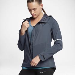 Женская беговая куртка Nike Zonal AeroShieldЖенская беговая куртка Nike Zonal AeroShield сочетает защиту от дождя и ветра с зональной вентиляцией. Примененная в ключевых зонах новая технология Nike AeroShield отводит излишки тепла, позволяет влаге испаряться и защищает от непогоды.<br>