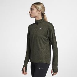 Женская беговая футболка с длинным рукавом и молнией до середины груди Nike Dri-FIT ElementЖенская беговая футболка с длинным рукавом и молнией до середины груди Nike Dri-FIT Element идеально подходит для пробежек в прохладную погоду, сохраняя тепло и препятствуяперегреву. Более свободный крой основы и области подмышек позволяет надевать модель поверх майки, а отверстия для больших пальцев на манжетах обеспечивают дополнительный комфорт.  Охлаждение  Более открытое плетение в верхней части спины повышает воздухопроницаемость. Молния до середины груди позволяет регулировать уровень вентиляции, обеспечивая защиту на пробежке и после нее.  Комфорт  Отверстия для больших пальцев фиксируют рукава для дополнительной защиты в холодную погоду.  Отведение влаги  Мягкая ткань с технологией Dri-FIT отводит влагу от кожи на поверхность, где она быстро испаряется.<br>