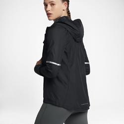 Женская беговая куртка Nike ShieldЖенская беговая куртка Nike Shield из ткани с защитой от дождя и ветра обеспечивает вентиляцию там, где это необходимо.  Защищает от ветра и дождя  Ткань Nike Shield защищает от ветра и дождя, поэтому тебе не захочется пропускать пробежку даже в непогоду.  Вентиляция  Зоны вентиляции на груди и в верхней части спины обеспечивают циркуляцию воздуха и отведение излишков тепла, предотвращая перегрев.  Надежный капюшон  Этот капюшон разработан для комфорта на пробежках и не только. Эластичный шнурок с фиксатором можно затянуть, чтобы он не смещался при движении и повороте головы.<br>