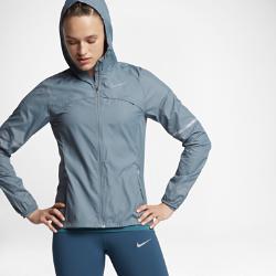 Женская беговая куртка Nike ShieldЖенская беговая куртка Nike Shield из ткани с защитой от дождя и ветра обеспечивает вентиляцию там, где это необходимо.<br>
