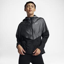 Женская куртка Nike Sportswear WindrunnerЖенская куртка Nike Sportswear Windrunner — новая повседневная версия оригинальной беговой модели с усиленной защитой. Усовершенствованный, более женственный силуэт сохранил культовый шеврон под углом 26 градусов на груди.<br>