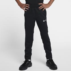 Баскетбольные брюки для мальчиков школьного возраста Nike Therma Flex ShowtimeЗАБУДЬ О ХОЛОДЕ. СВОБОДА ДВИЖЕНИЙ. ЗАБУДЬ О ХОЛОДЕ. СВОБОДА ДВИЖЕНИЙ.  Баскетбольные брюки для мальчиков школьного возраста Nike Therma Flex Showtime из теплой эластичной ткани обеспечивают свободу движений на площадке и за ее пределами.  ТЕПЛО, ЭЛАСТИЧНОСТЬ И КОМФОРТ  Ткань Nike Therma Flex обеспечивает тепло и превосходную свободу движений. Технология Dri-FIT отводит влагу с поверхности кожи, обеспечивая комфорт.  АБСОЛЮТНАЯ КОНЦЕНТРАЦИЯ  Эластичная ткань и отвороты плотно прилегают к ноге, не стесняя движений. Гладкий бесшовный эластичный пояс фиксирует брюки во время движения.  УДОБНОЕ ХРАНЕНИЕ  Карман на молнии, расположенный на бедре под углом, обеспечивает надежное хранение телефона и других важных мелочей.<br>