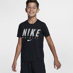 Беговая футболка для мальчиков школьного возраста Nike Dry MilerБеговая футболка для мальчиков школьного возраста Nike Dry Miler из влагоотводящей ткани со вставками из сетки обеспечивает вентиляцию и комфорт на всей дистанции.<br>