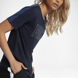 Женская футболка с коротким рукавом Nike SportswearЖенская футболка с коротким рукавом Nike Sportswear создает уникальный образ благодаря сочетанию разных текстур, а рукава покроя реглан обеспечивают свободу движений.<br>