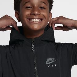 Куртка для мальчиков школьного возраста Nike AirКуртка для мальчиков школьного возраста Nike Air из легкой прочной ткани с водоотталкивающим покрытием обеспечивает комфорт.<br>
