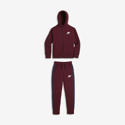 Спортивный костюм для мальчиков школьного возраста Nike Air Two-PieceСпортивный костюм для мальчиков школьного возраста Nike Air Two-Piece включает куртку и брюки из мягкого флиса для легкости, тепла и комфорта. Модели можно носить вместе или отдельно, создавая новые стильные комплекты для школы и игровой площадки.<br>