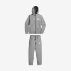 Спортивный костюм для мальчиков школьного возраста Nike Sportswear Two-PieceСпортивный костюм для мальчиков школьного возраста Nike Sportswear Two-Piece включает куртку и брюки из мягкого флиса для легкости, тепла и комфорта. Модели можно носить вместе или отдельно, создавая новые стильные комплекты.<br>