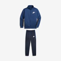 Спортивный костюм для мальчиков школьного возраста Nike Sportswear Two-PieceСпортивный костюм для мальчиков школьного возраста Nike Sportswear Two-Piece включает куртку и брюки из легкой ткани для комфорта в школе и на игровой площадке. Куртку и брюкиможно носить вместе или по отдельности на свое усмотрение.<br>