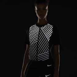 Женский беговой жилет Nike AeroLoft FlashЖенский беговой жилет Nike AeroLoft Flash со светоотражающей графикой спереди делает тебя заметнее.Легкий пуховый наполнитель плотностью 800FP обеспечивает тепло. Если станет жарко, жилет можно убрать в карман на молнии и зафиксировать с помощью ремешка. Вставки из ткани Nike Flex по бокам и в области спины для свободы движений.  Комфорт и тепло  Водоотталкивающее покрытие защищает от дождя. Отсеки спереди и по бокам с пуховым наполнителем 800FP. Наполнитель с прочным водоотталкивающим покрытием DWR не сбивается в комки.  Непревзойденная вентиляция  Перфорация между отсеками с наполнителем и на спине пропускает воздух и отводит излишки тепла, обеспечивая эффективную терморегуляцию. Подкладка в области перфорации спереди защищает от ветра.  Легко сложить и носить с собой  Если станет жарко, жилет можно убрать в карман на молнии и зафиксировать с помощью ремешка.<br>