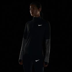 Женская беговая футболка с длинным рукавом и молнией до середины груди Nike Element FlashЖенская беговая футболка с длинным рукавом и молнией до середины груди Nike Element Flash идеально подходит для утренних и вечерних пробежек, сохраняя тепло и препятствуяперегреву. Усовершенствованный свободный крой позволяет надевать модель поверх майки. Светоотражающая графика на рукавах делает тебя заметнее.  Охлаждение  Ткань с более открытым плетением в верхней части спины обеспечивает вентиляцию и не прилипает к телу. Молния до середины груди позволяет регулировать уровень вентиляции, обеспечивая защиту на пробежке и после нее.  Комфорт  Отверстия для больших пальцев фиксируют рукава для дополнительной защиты в холодную погоду.  Отведение влаги  Мягкая ткань с технологией Dri-FIT отводит влагу от кожи на поверхность ткани, где она быстро испаряется.<br>