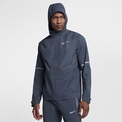 Мужская беговая куртка Nike Zonal AeroShieldМужская беговая куртка Nike Zonal AeroShield сочетает защиту от дождя и ветра с зональной вентиляцией. Примененная в ключевых зонах новая технология Nike AeroShield отводит излишки тепла, позволяет влаге испаряться и защищает от непогоды.<br>