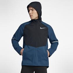 Мужская беговая куртка Nike Zonal AeroShieldМужская беговая куртка Nike Zonal AeroShield сочетает защиту от дождя и ветра с зональной вентиляцией. Примененная в ключевых зонах новая технология Nike AeroShield отводит излишки тепла, позволяет влаге испаряться и защищает от непогоды.  Легкость и воздухопроницаемость  Материал с технологией Nike AeroShield, из которого выполнен капюшон и вставки в области груди и верхней части спины, состоит из трех слоев. Средний слой представляет собой мембрану из ультратонких нановолокон, сотканных методом электропрядения. В итоге получается невероятно легкий и дышащий материал, отводящий влагу и излишки тепла.  Защита  Рукава и нижняя половина куртки из ткани Nike HyperShield обеспечивают защиту от ветра и дождя. Герметичные швы и материал Nike AeroShield, из которого выполнен капюшон и вставкив области груди и верхней части спины, обеспечивают абсолютную защиту от непогоды.  Надежное хранение  Боковые карманы на молнии для надежного хранения и защиты от влаги телефона, наличных денег и других важных мелочей. Подкладка карманов из сетки усиливает циркуляцию воздуха.<br>